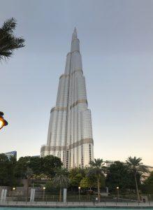 Burj Chalífa v Dubaji je nejvyšší stavbou světa a měří 828 metrů včetně antény. Na dodávkách výtahů se podílela i pardubická společnost Pega Hoist.