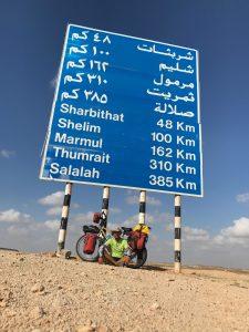 Do Salalah, cíle mé cesty, to mám ještě 385 km.
