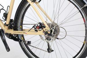 Diskové brzdy jsou v zadní vidlici uvnitř rámu tak, aby nepřekážely nosiči.